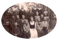 Lehrer Ernst Gripp mit Frau und seinen Schülern